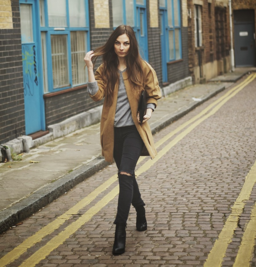 Veronika is wearing HOKK FABRICA coat, H&M jeans, RIVER ISLAND boots, PRIMARK bag, and TCHIBO jumper